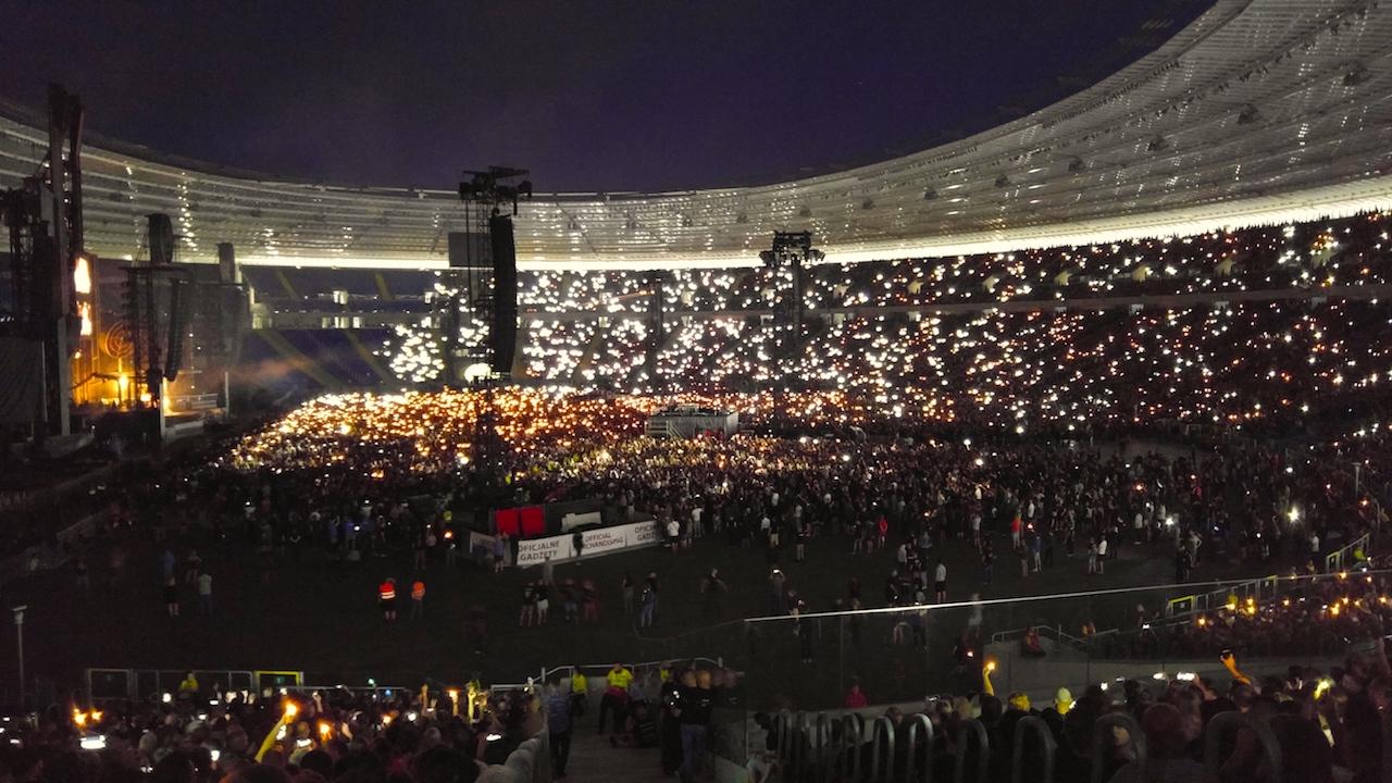 Fani Rammstein pozdrawiają zespół zapalniczkami oraz ekranami telefonów